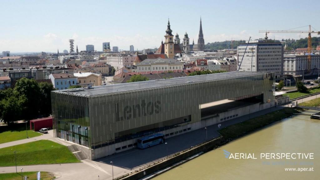 Kunstmuseum Lentos mit Hintergrund Dom